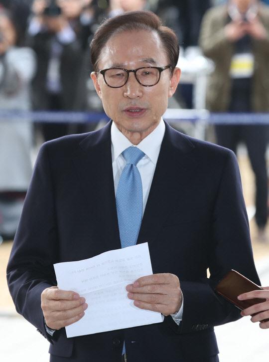 """퇴임 5년만에 검찰 포토라인 선 이명박 """"참담한 심정…국민께 죄송"""""""